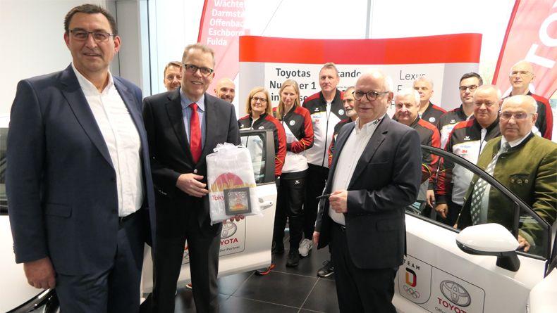 Foto: DSB / Schlüsselübergabe! DSB-Bundesgeschäftsführer Jörg Brokamp (Mitte) mit Nico Greb, Vertriebsleitung Autohaus Nix (links) und Thomas Schwind, Betriebsleiter von Autohaus NIX Frankfurt.
