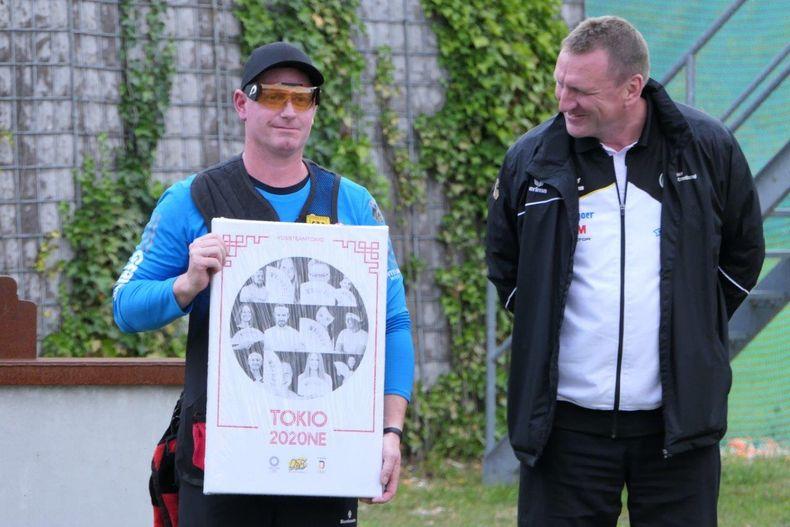 Foto: DSB / Andreas Löw erhielt neben seinem DM-Titel noch eine Team-Tokio-Collage aus den Händen von Bundestrainer Uwe Möller.