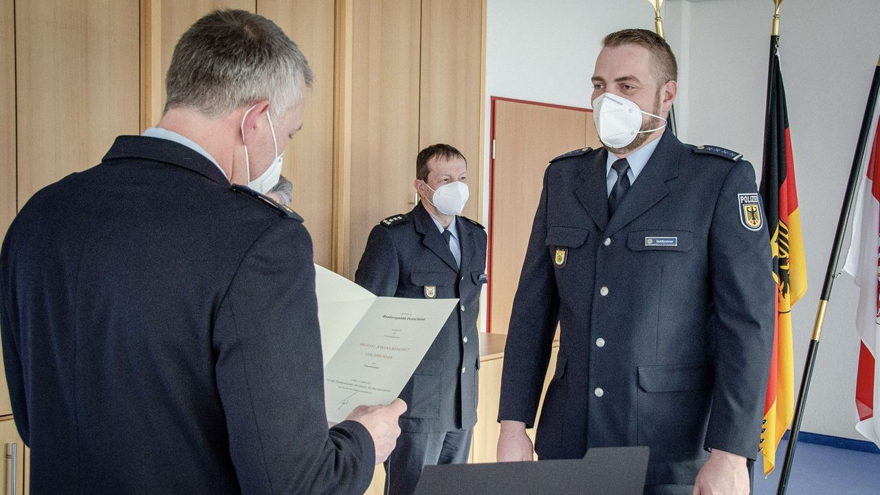 Foto: Bundespolizei / Der Moment für Michael Goldbrunner, als er die Ernennungsurkunde zum Polizeikommissar erhält.