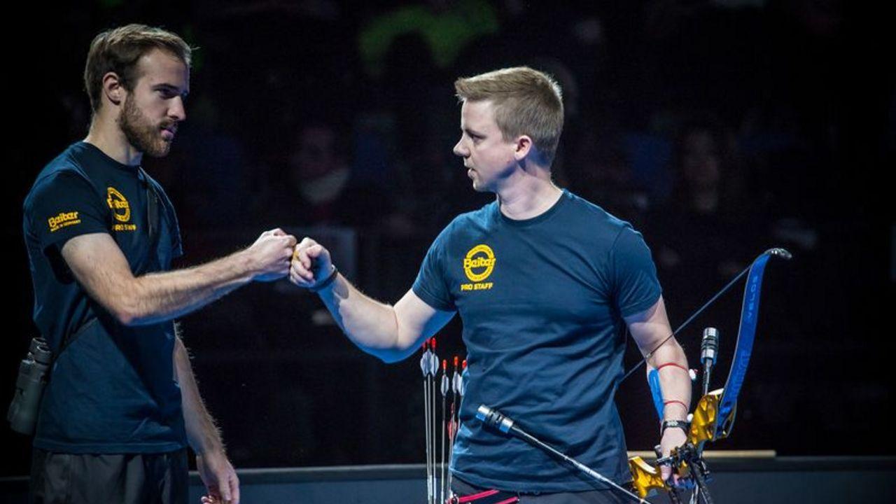 Foto: World Archery / Cedric Rieger (rechts) belegte in Nimes den Bronzerang, Florian Kahllund wurde Neunter.