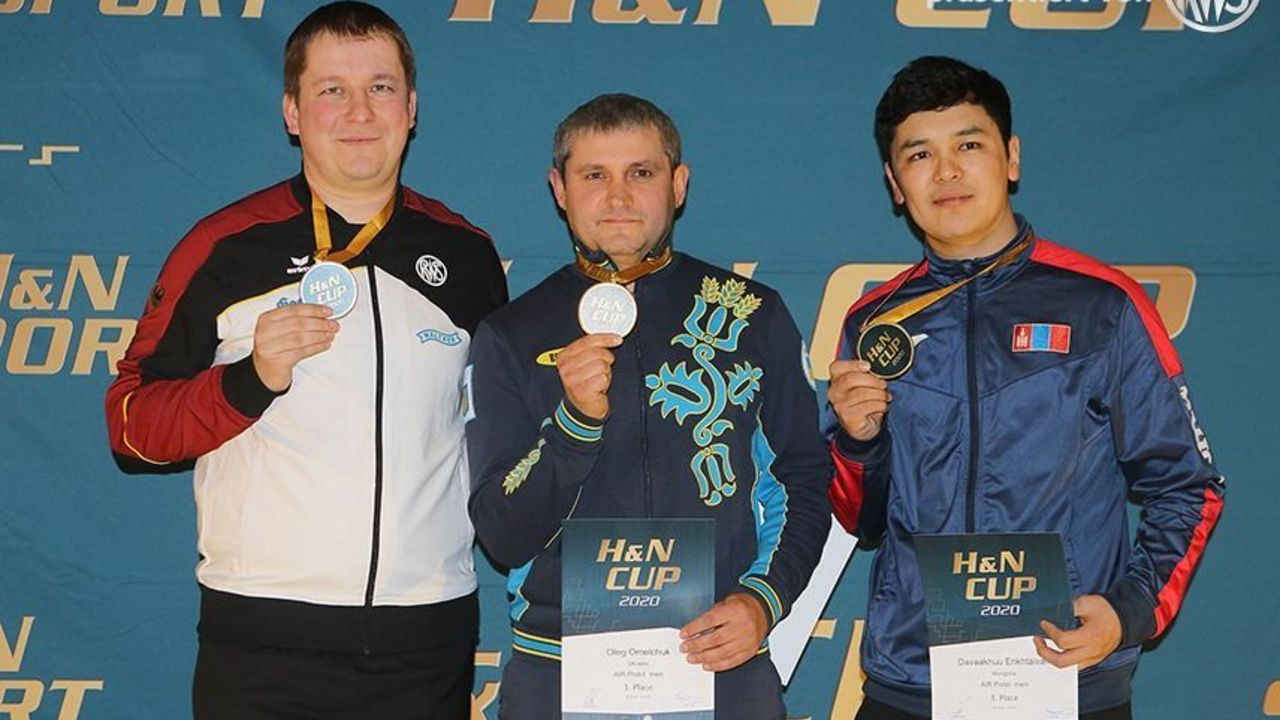Foto: BSSB / Christian Reitz strahlte über Silber neben Oleg Omelchuk (UKR) und Davaakhuu Entkhtaivan (MGL).