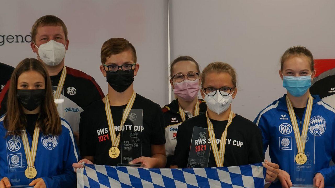 Foto: DSJ / Das siegreiche Team aus Bayern mit den Spitzenschützen Christian Reitz und Johanna Tripp (hinten).