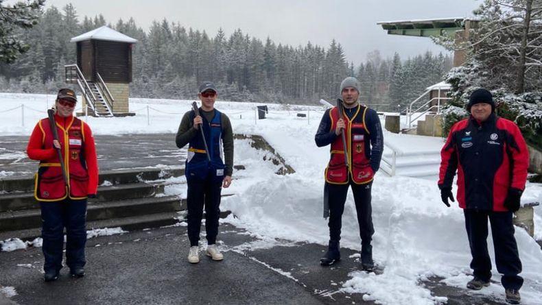Foto: DSB / Bei jedem Wetter... Axel Krämer (ganz rechts) mit seinen Skeet-Schützen im winterlichen Suhl.