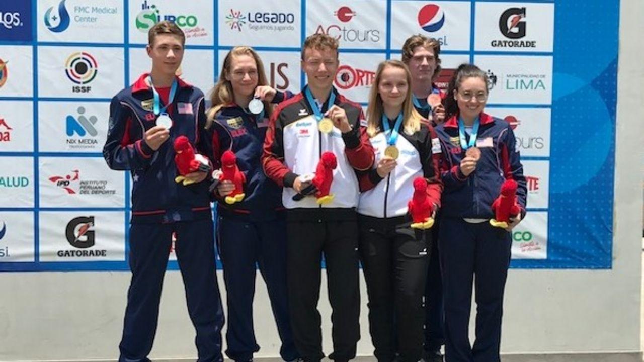 Foto: DSB / Max Braun und Larissa Weindorf (Mitte) heißen die neuen Mixed-Weltmeister im KK Liegend und strahlen mit den US-amerikanischen Teams auf dem Podium.