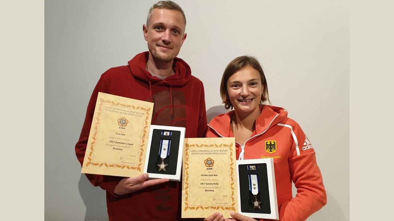 Foto: Jörg Kropp / Sebastian Liepelt und Sandra Reitz mit ihren Auszeichnungen. Eva Maria Rösken konnte an dem Termin nicht teilnehmen.