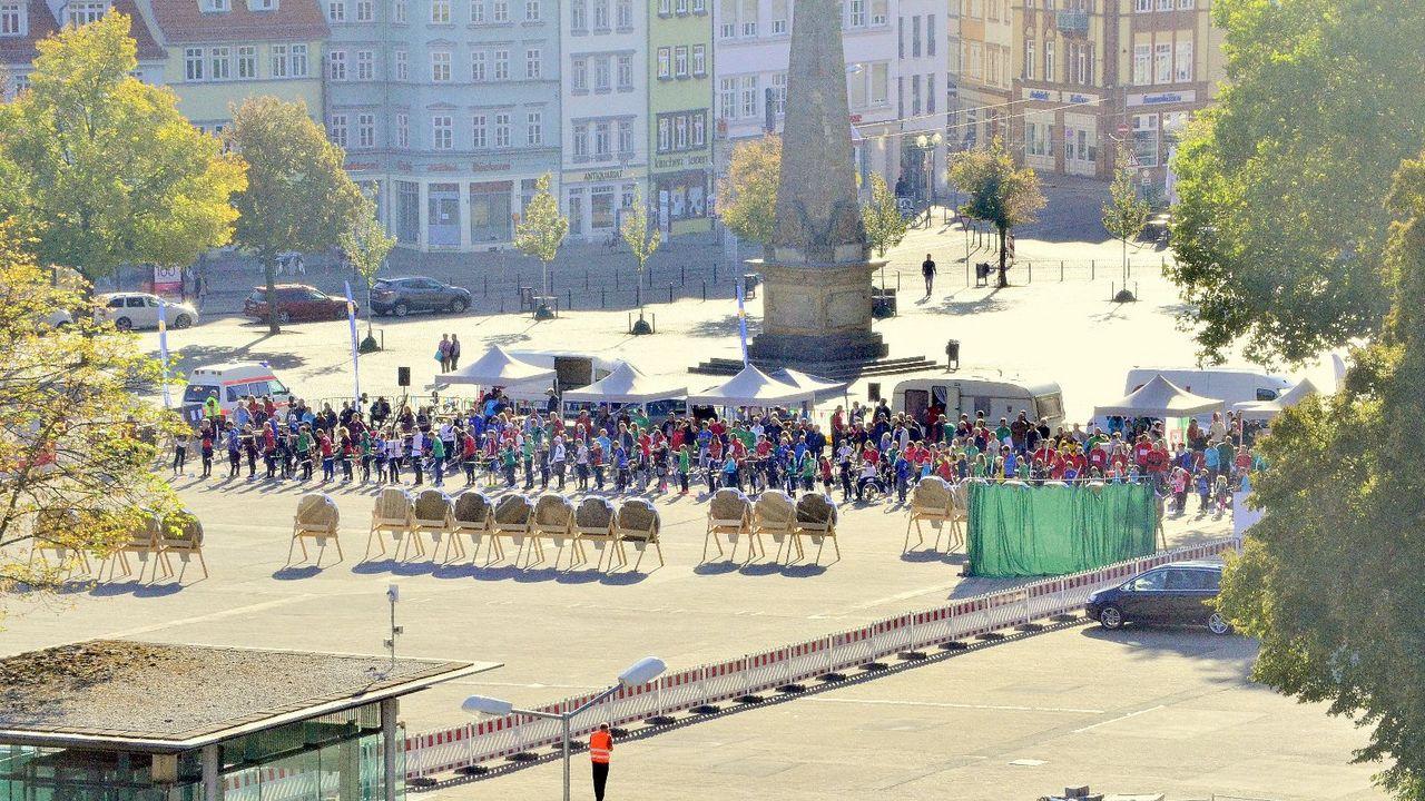 Foto: SV Erfurt West 90 / Ein tolles Bild: Zahlreiche Bogensportler auf dem Erfurter Domplatz.