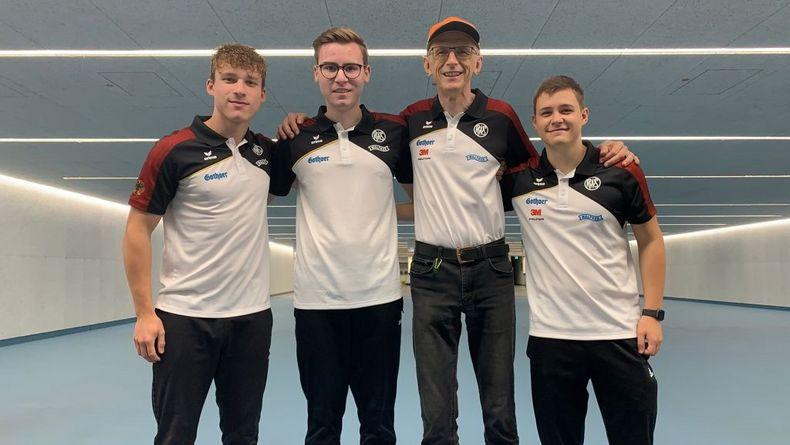 Foto: DSB / Das DSB-Schnellfeuerpistolenteam v.l.: Felix-Luca Hollfoth, Tobias Gsöll, Bundestrainer Detlef Glenz, Fabian Otto.
