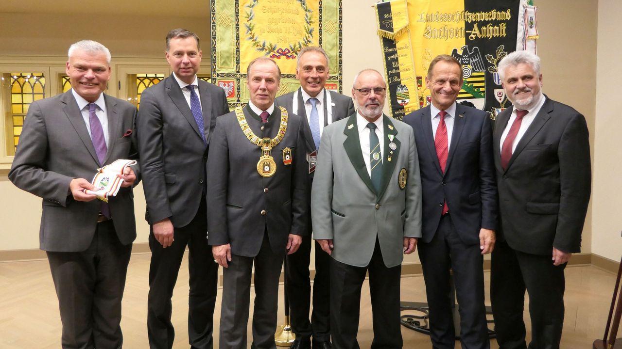 Foto: DSB / DSB-Präsident H-H v. Schönfels mit Prominenz aus Politik und Sport