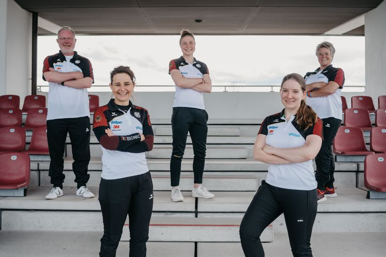 Foto: DSB / Das EM-Sportpistolen-Team v.l.: Co-Trainer Uwe Potteck, Monika Karsch, Carina Wimmer, Doreen Vennekamp, Bundestrainerin Barbara Georgi.
