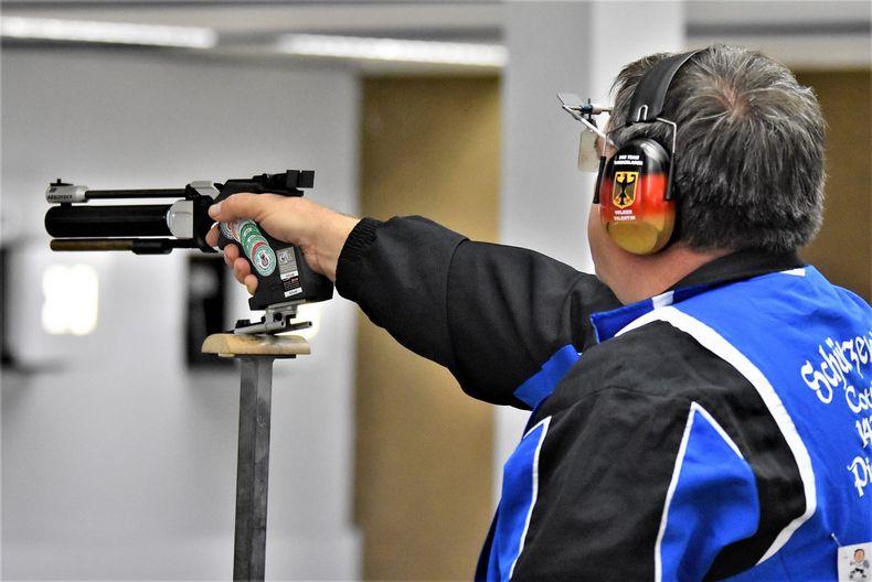 Foto: NSSV/Eckhard Frerichs / Die Senioren greifen bei der DM Auflage in Hannover unter anderem mit der Luftpistole nach dem Meistertitel.