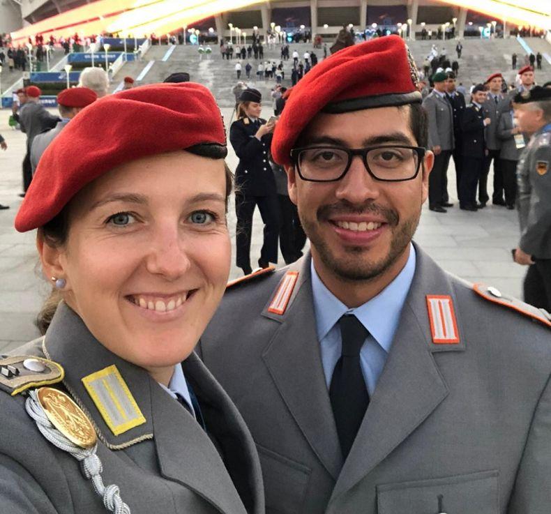 Foto: DSB / Gute Stimmung bei Elena Richter und Camilo Mayr in Ausgeh-Uniform.