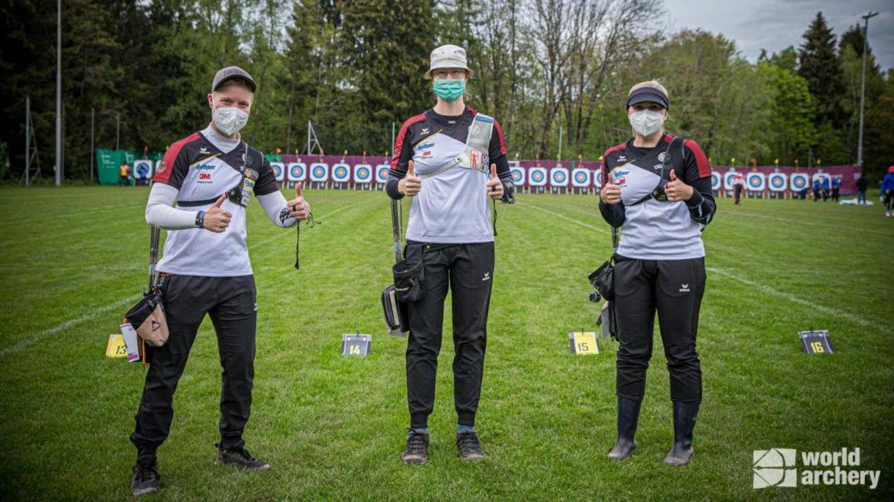 Foto: World Archery / Daumen hoch für die deutschen Recurverinnen Michelle Kroppen, Lisa Unruh und Katharina Bauer, die in der Qualifikation einen neuen Europarekord schossen.