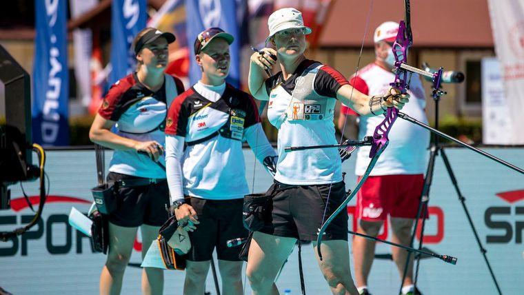 Foto: World Archery Europe / Bei der EM gewannen v.l. Charline Schwarz, Michelle Kroppen und Lisa Unruh Silber. Nun ist das Trio neben drei weiteren Schützinnen in der internen Olympia-Qualifikation gefordert.