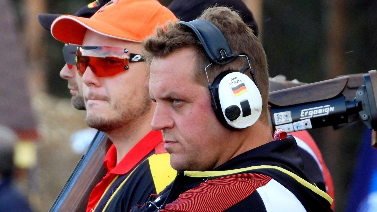 Foto: ISSF / Trainer Tino Wenzel und Vincent Haaga blicken kritisch.