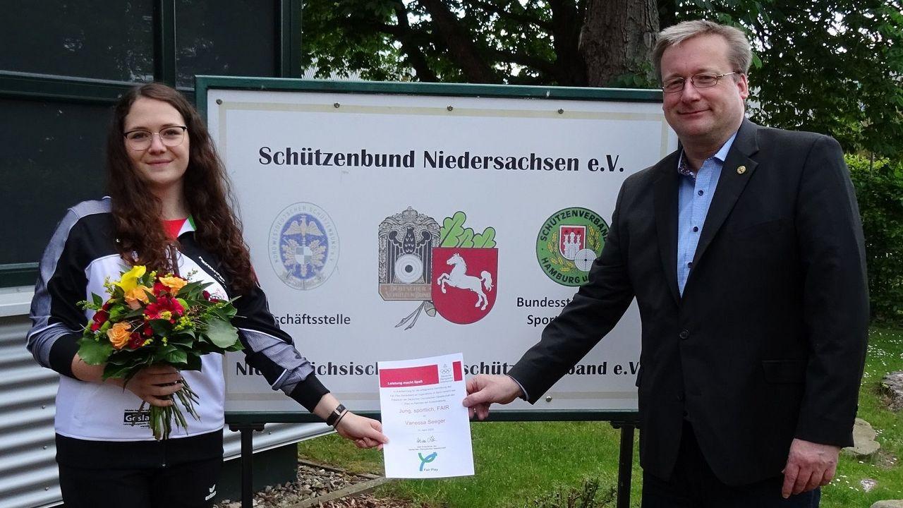 Foto: NSSV / Vanessa Seeger wurde von NSSV-Geschäftsführer Ulrich Nordmann die Urkunde überreicht.