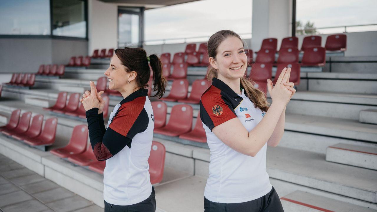 Bild: DSB / Monika Karsch (li.) und Doreen Vennekamp (re.) gewinnen die Olympiaqualifikation mit der Sportpistole.