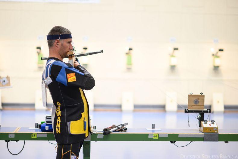 Foto: DSB / Thomas Aumann schießt sich mit der Unterstützung seiner Familie zu Armbrust-Silber.