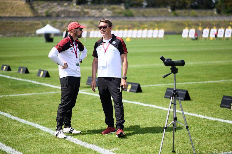 Bild: DSB / Junioren-Bundestrainer Bogen, Marc Dellenbach (links), im Gespräch mit dem Bundestrainer der Erwachsenen, Oliver Haidn.