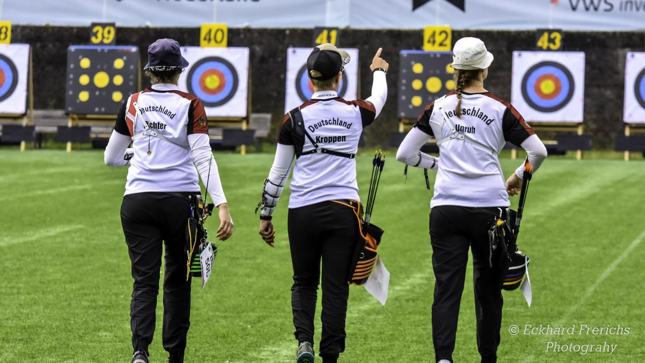Foto: Eckhard Frerichs / Michelle Kroppen zeigt es an: In Zukunft können Deutschlands beste Bogenschützen auch in der Halle auf 70 Meter schießen.