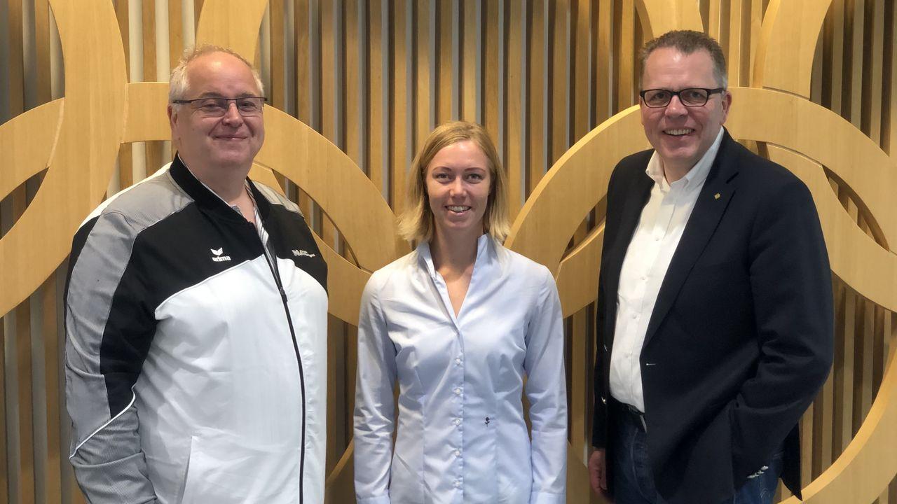 Foto: DSB / Stefan Rinke, DSB-Vizepräsident Jugend, und Jörg Brokam, DSB-Bundesgeschäftsführer, nehmen Alena Abbott in die Mitte.