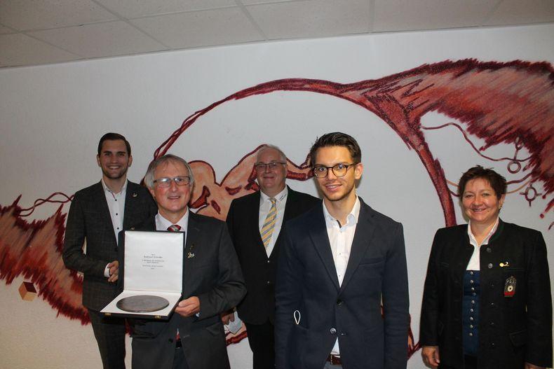 Foto: DSJ / Die Deutsche Sportjugend ehrte verdiente DSJ-Funktionäre (v.l.): Luca Wernert dsj-Vorstandsmitglied, Burkhard Schindler, Stefan Rinke, Tom Gotta, Evi Benner-Bittihn.