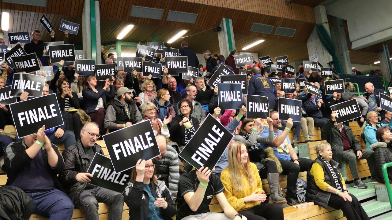Foto: Elena Kugelmann / Die Fans des SV Waldkirch zeigen es: Ihr Klub hat vorzeitig das Finale erreicht. Das Gleiche gilt für Braunschweig und Kriftel.