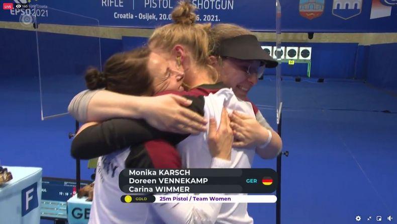 Foto: DSB / Der Moment nach dem letzten Schuss: Monika Karsch, Doreen Vennekamp und Carina Wimmer bilden ein Gold-Knäuel.