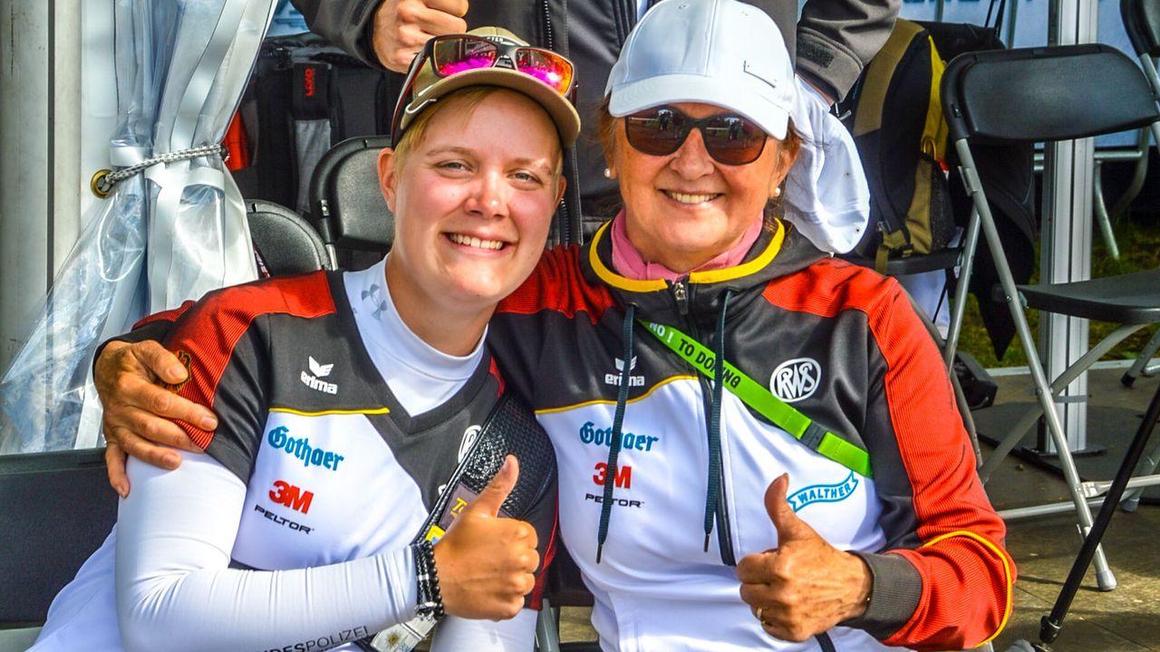 Foto: Eckhard Frerichs / Michelle Kroppen neben Trainerin Natalia Butuzova überglücklich und geschafft.