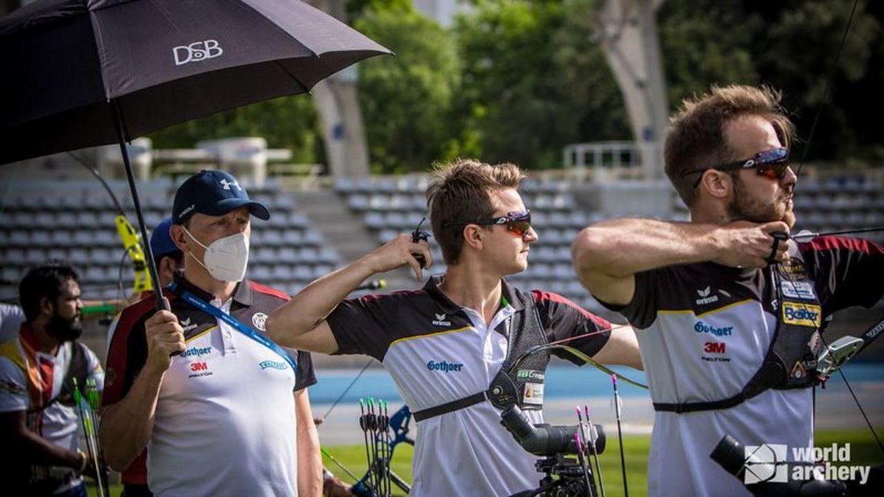 Foto: World Archery: Bundestrainer Oliver Haidn, Moritz Wieser und Florian Unruh beim Qualifikationsturnier in Paris.