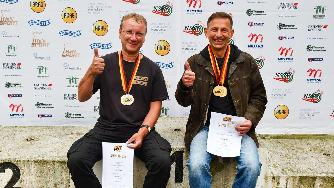Foto: Eckhard Frerichs / Daumen hoch für Armin Eichele (links) und Thomas Beier zu ihren Siegen bei der DM Ordonnanz in Hannover.