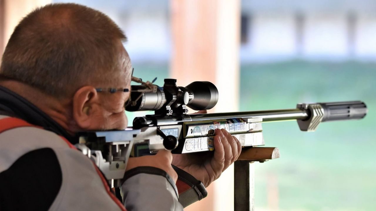 Foto: NSSV/Eckhard Frerichs / Mit dem Kleinkalibergewehr versuchen die Senioren auf 50 sowie 100 Meter einen Volltreffer zu landen.