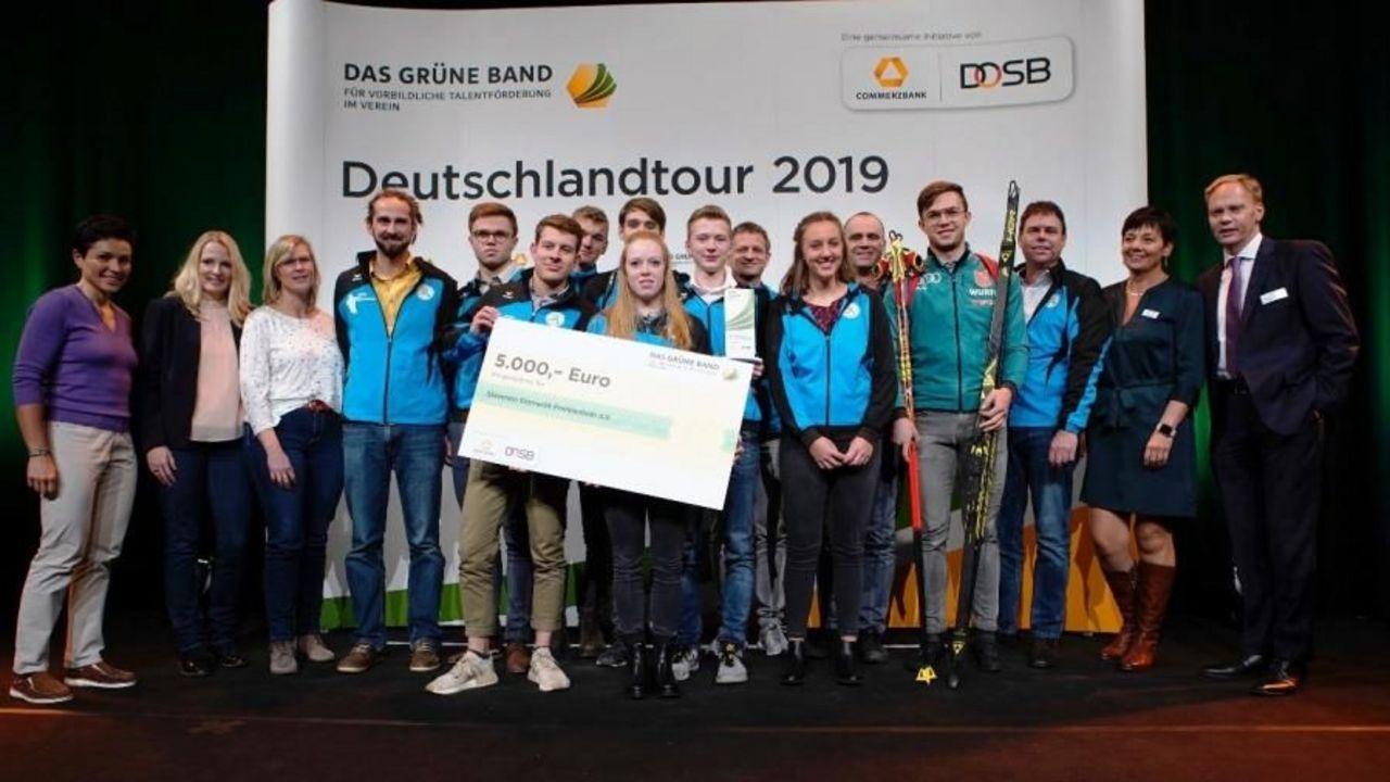 Foto: Markus Goetzke/DOSB / Der SV Eintracht Frankenhain freut sich über die Auszeichnung und den üppigen Scheck.