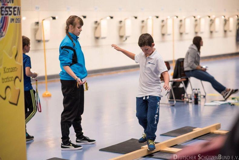 Bild: DSB / Balancieren hilft ebenfalls das Gleichgewicht spielerisch zu schulen.