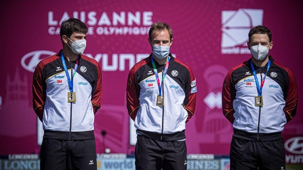 Foto: World Archery / Mit Goldmedaille und Maske: Johannes Maier, Florian Unruh und Maximilian Weckmüller.