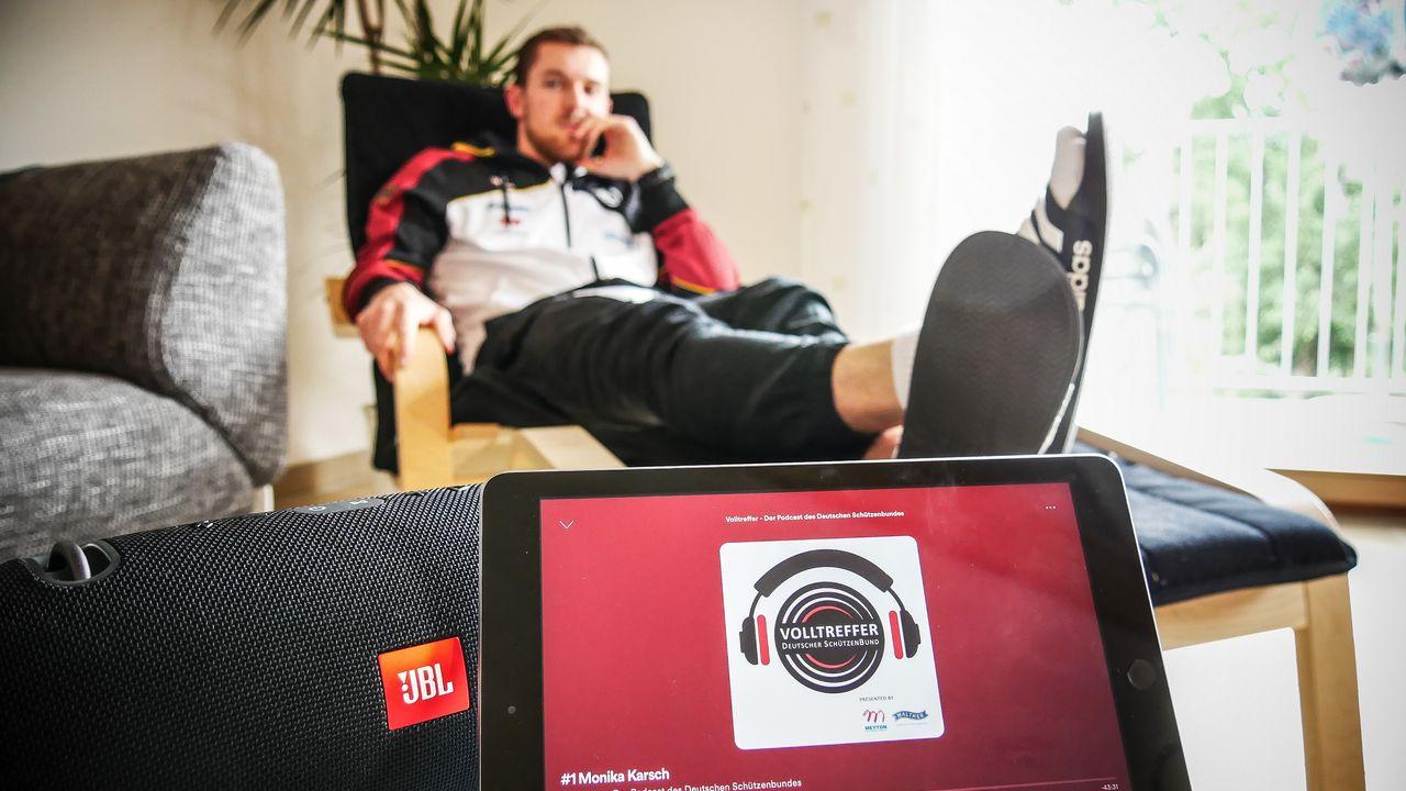 Foto: privat / Maxi Dallinger macht es vor: Entspannen beim Volltreffer hören!