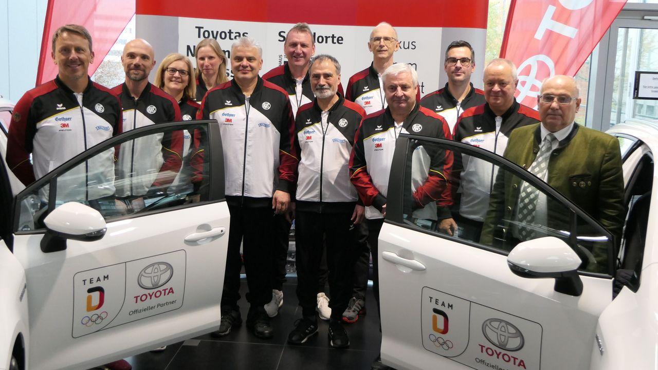 Foto: DSB / Ab sofort mit Toyota-Fahrzeugen unterwegs: Die DSB-Bundestrainer.