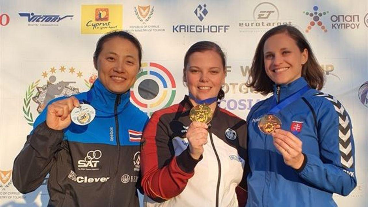 Foto: ISSF / Gold für Nadine Messerschmidt, Silber für die Thailänderin Sutiya Jiewchal Oemmit, Bronze für die Slowakin Danka Bartekova.
