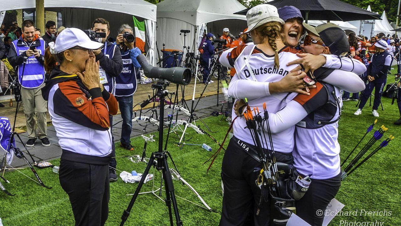 Foto: Eckhard Frerichs / Die deutschen Schützinnen jubeln, Trainerin Natalia Butuzova steht gerührt daneben.