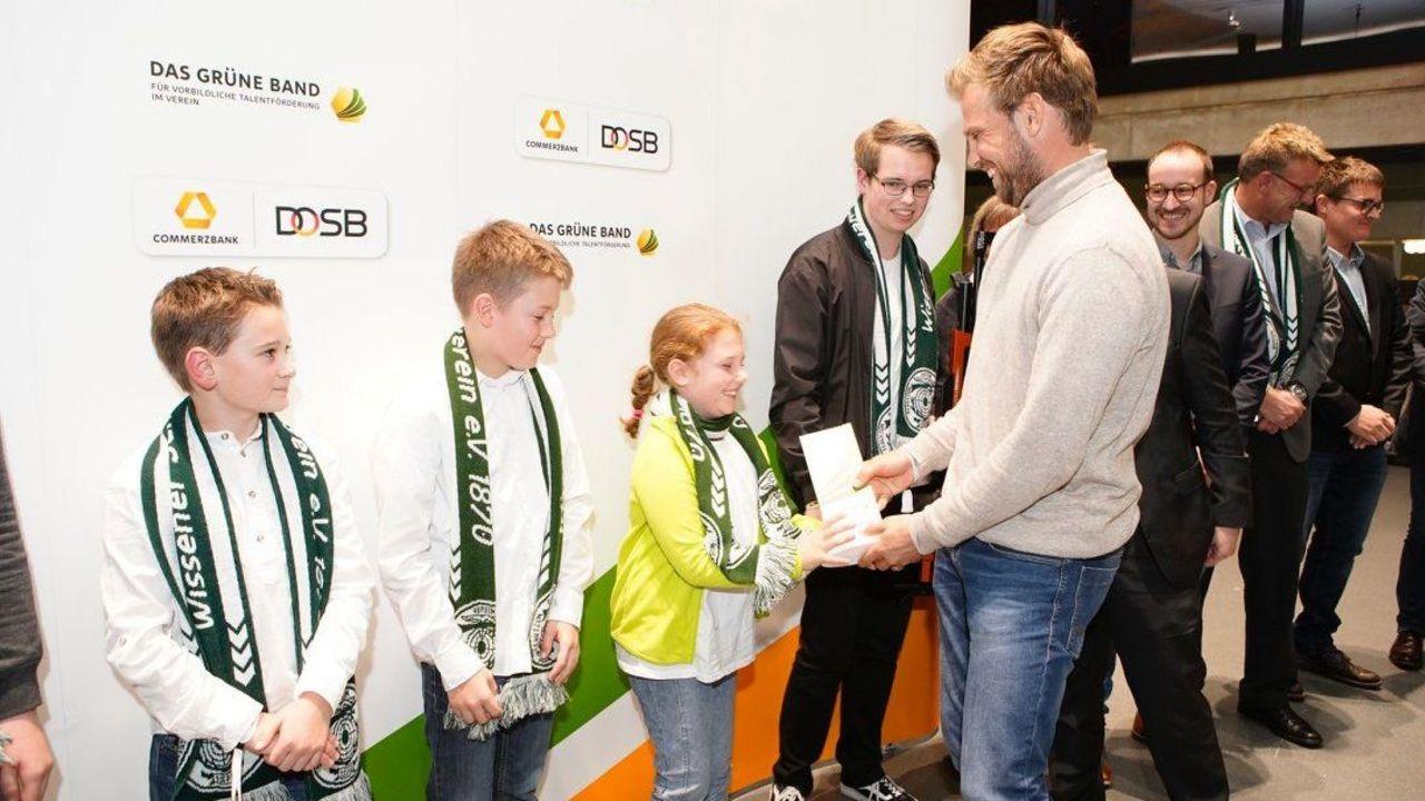 Foto: DOSB / Hockey-Olympiasieger Moritz Fürste gratulierte den jungen Wissener Sportschützen.
