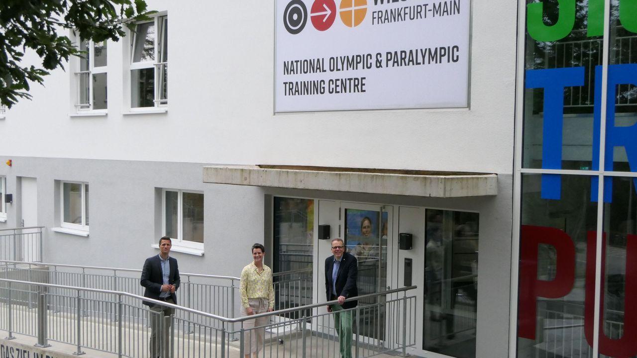 Foto: DSB / Andreas Friedrich, Veronika Rücker und Jörg Brokamp vor dem Bundesstützpunkt.