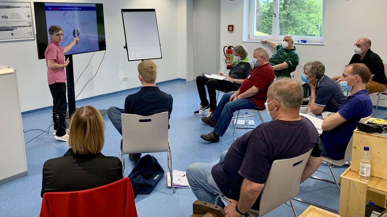 Foto: DSB / Das gehört zu einem DSB-Lehrgang auch dazu: Theorie, hier mit Luftpistolen-Trainerin Margit Höller.