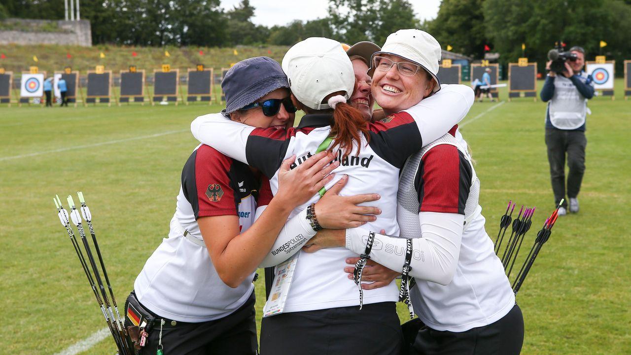 Foto: Gabor Krieg / Elena Richter (links) und Lisa Unruh (rechts) - im Jubel-Knäuel mit Michelle Kroppen und Trainerin Natalia Butuzova - wollen ihre zweite Weltcup-Goldmedaille mit dem Team gewinnen.