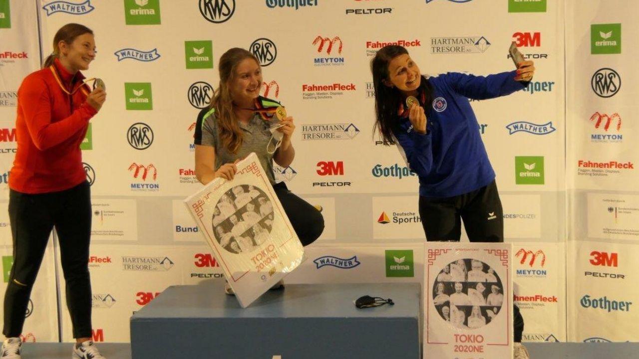Foto: DSB / Sieger-Selfie mit den Medaillengewinnerinnen Sportpistole: Sandra Reitz, Doreen Vennekamp und Monika Karsch.
