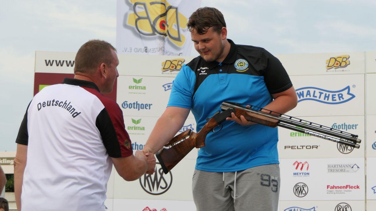 Foto: DSB / Bundestrainer Trap Uwe Möller gratuliert Nachwuchs-Athlet Johannes Vollrodt.