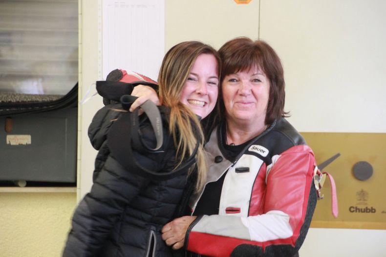 Foto: DSB / Zwei Meisterschützinnen von der SK Dachtel auf einem Bild: Kerstin Kohler und Anne Ursula Mayer siegten in den Luftgewehr-Klassen Erwachsene und Aufgelegt.