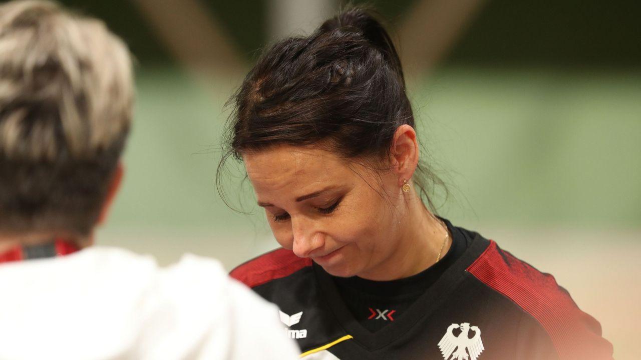 Foto: Picture Alliance / Zufrieden mit der Leistung, aber nicht mit dem Ergebnis: Monika Karsch im Gespräch mit Bundestrainerin Barbara Georgi.