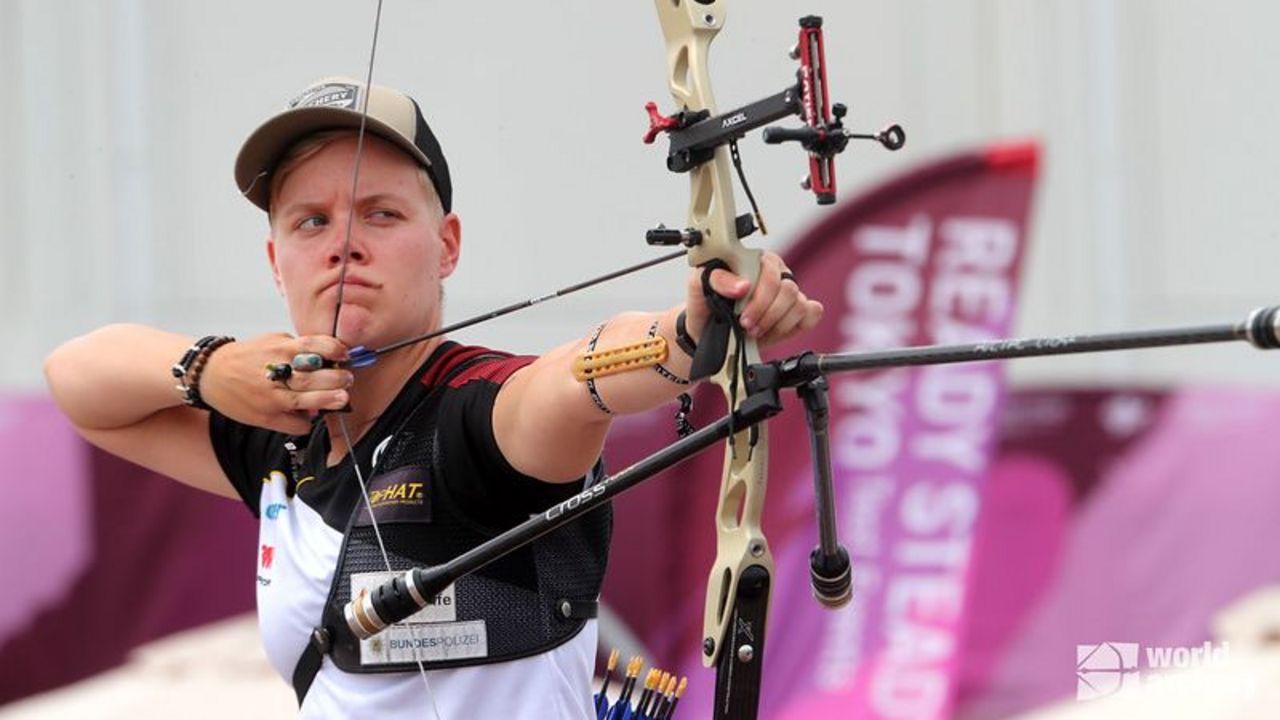 Foto: World Archery / Michelle Kroppen zeigt sich überwältigt von der Kulisse in Tokio.