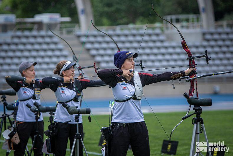 Foto: World Archery / Synchron-Schießen mit Michelle Kroppen, Elisa Tartler und Charline Schwarz (v.l.).