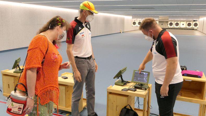 Foto: DSB / Tokio-Teilnehmer Oliver Geis und Schnellfeuerpistolen-Bundestrainer Detlef Glenz im Gespräch mit Staatssekretärin Andrea Milz.