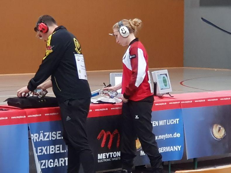 Foto: Holger Nesemann / Spannung zwischen Theo Hadrath (GTV Bremerhaven Seestadtteufel) gegen Latetia Forget (PSV Olympia Berlin) im 4. Stechschuss.